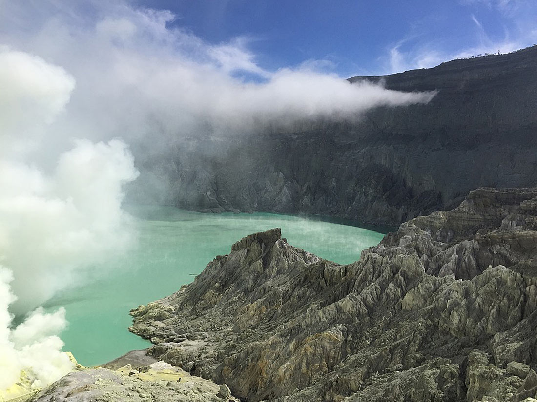Озеро в кратере вулкана Иджен