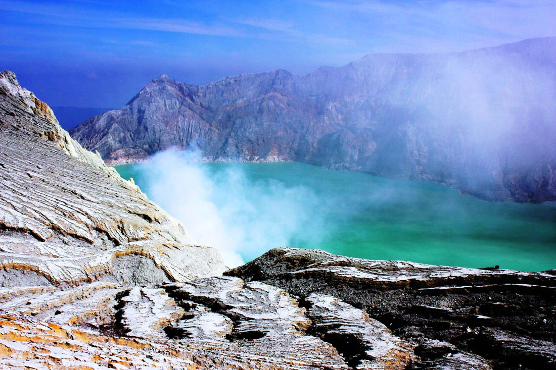 Кислотное озеро в кратере вулкана Иджен