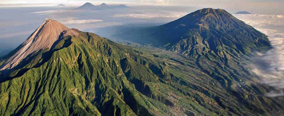 Вид с высоты птичьего полета на гору Мерапи и шесть других вулканов на острове Ява