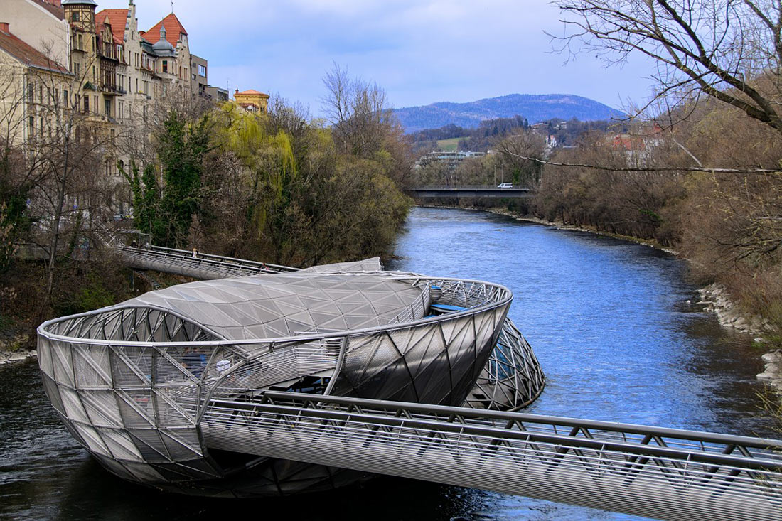 Мост над рекой Мур в Австрии