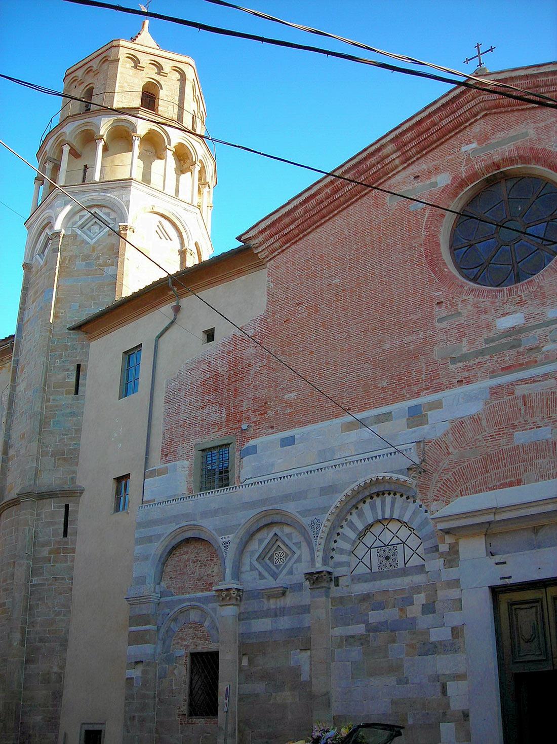 наклоненные здания в Тоскане