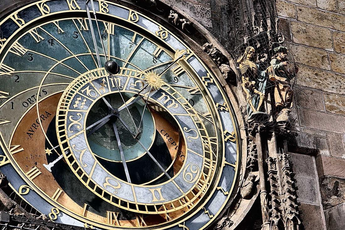 механические часы средневековья картинки рядом коттеджами