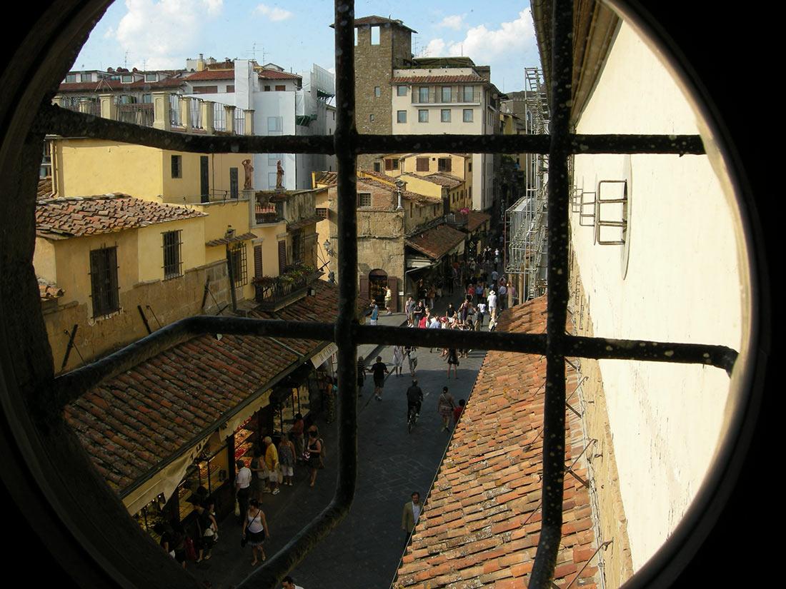 Вид сверху на Понте Веккьо из тайного окошка коридора