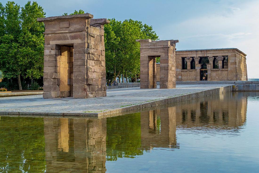 Храм Дебод