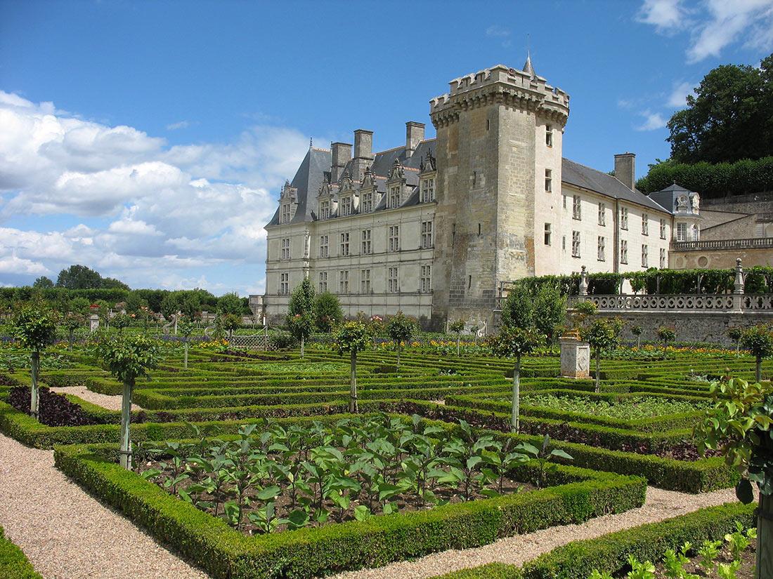 Вид на замок на фоне садов