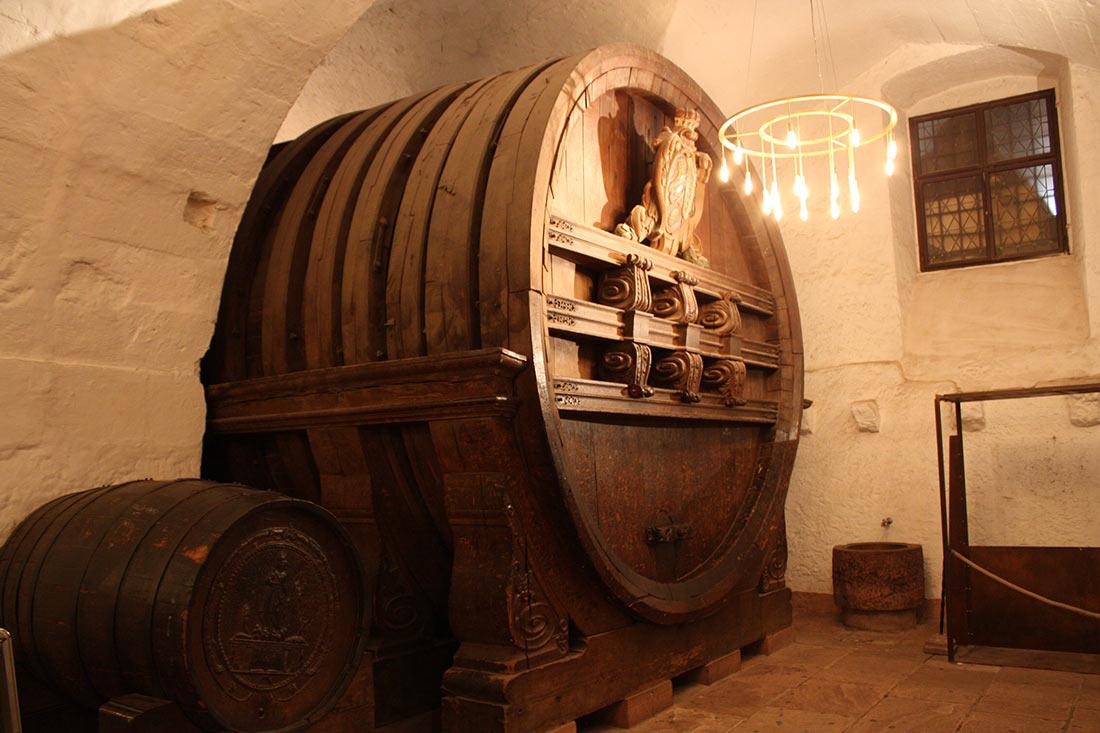 Огромная винная бочка в подвале замка