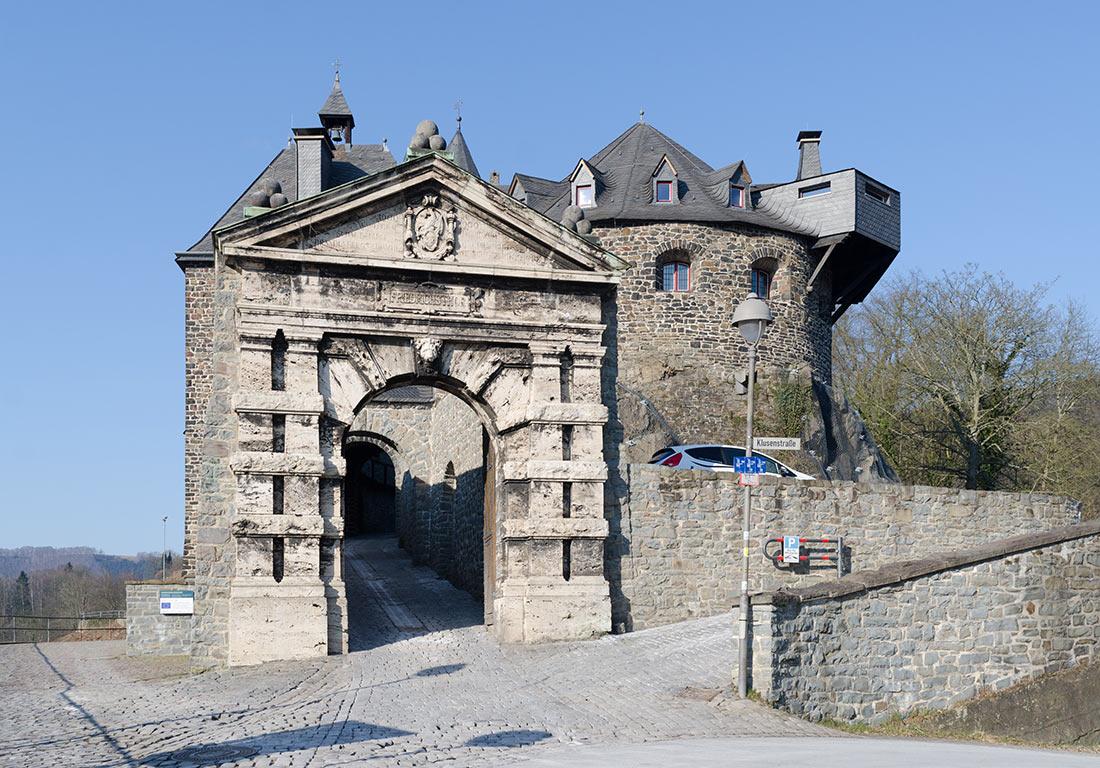 Южный фасад замка с воротами Фредерика на переднем плане