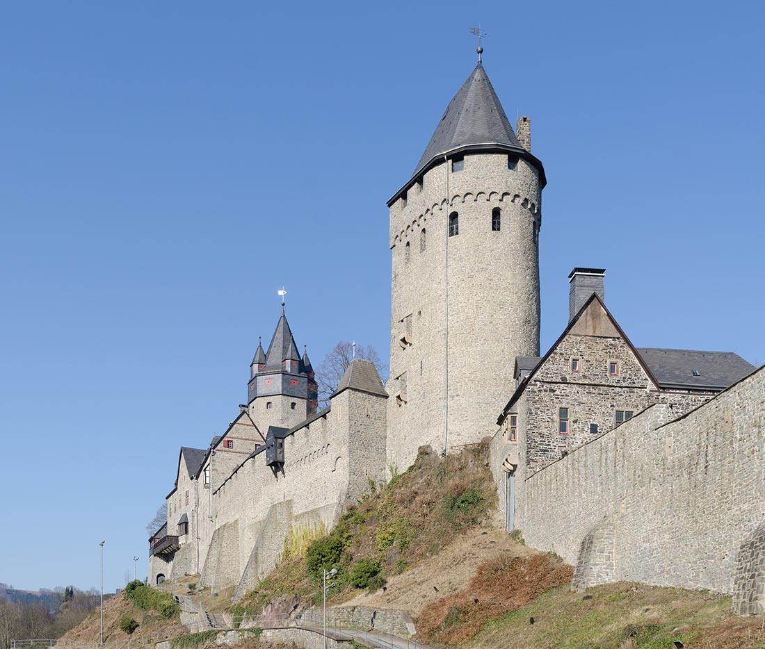 Западный фасад замка