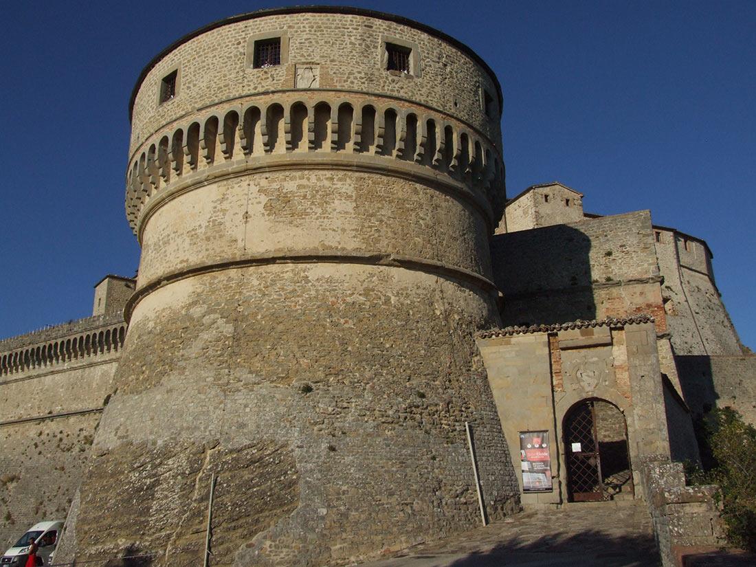Вход и главная башня крепости Сан-Лео