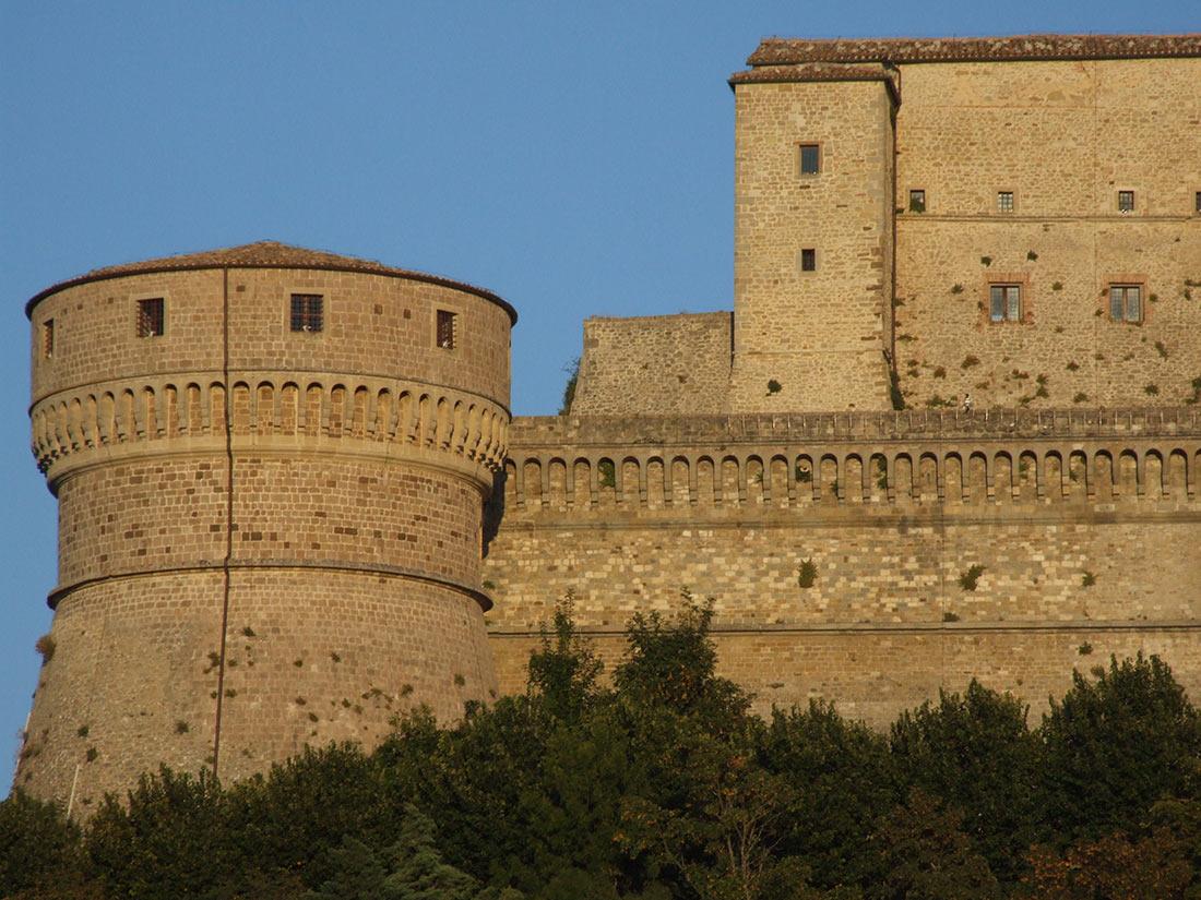 Башня и часть крепостных стен замка Сан-Лео