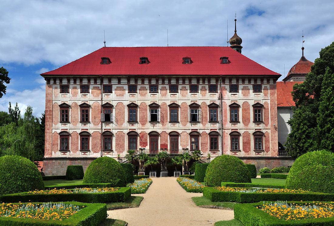 Фасад замка и часть сада